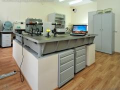 Оптический стол для экспериментов с использование источников лазерного и некогерентного излучения